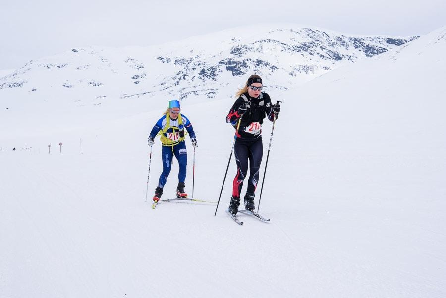 Segrarna i Kungsledenrännets damklass, Josefina Vikberg och Sofia Lindberg, passerar genom Syterskalet.