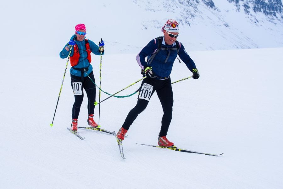 Segrarna i Kungsledenrännets mixklass, Lovisa och Jan Ottosson, på väg över Sjul-Olsaxeln.